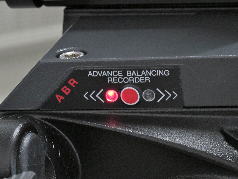 <b>雲台上部にABR機能を装備。写真の表示ではカメラを左側に移動させなさいという指示</b>
