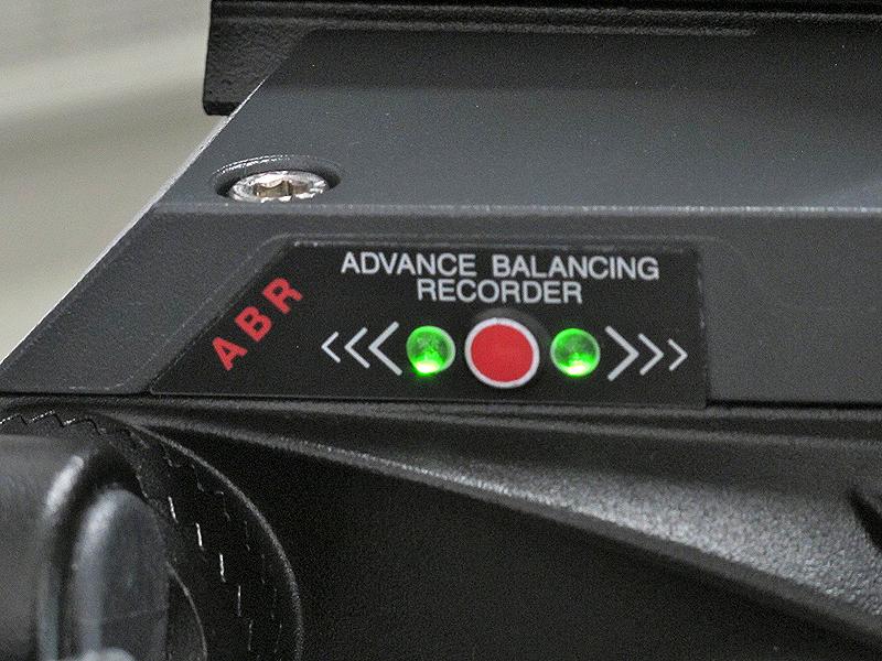 <b>あらかじめ記憶させていた位置に来ると、グリーンのLED表示で知らせる。中央の赤いボタンを押すと新たにバランスポイントをメモリーできる</b>