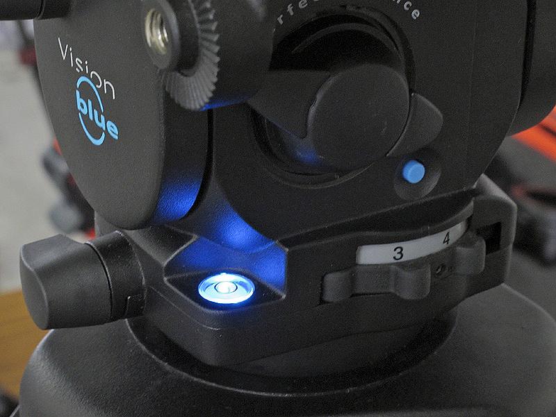 <b>青いボタンを押すと水準器がブルーに光る</b>
