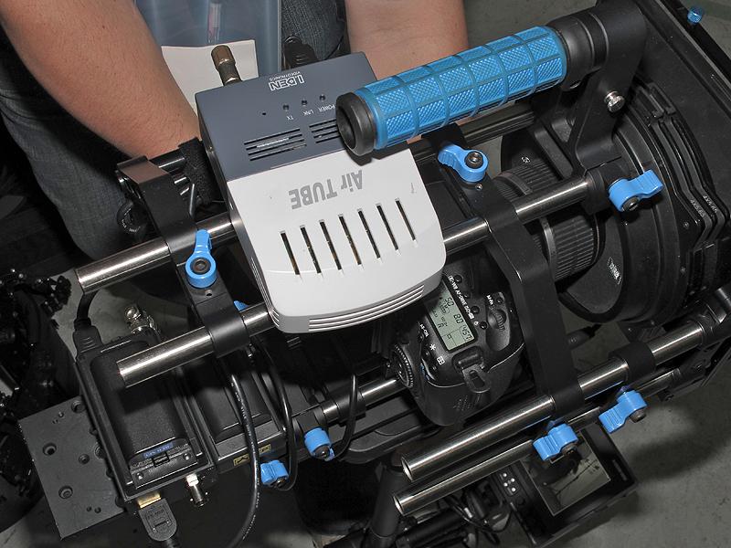 <b>ステディカムに装着したAirTUBE-Proの送信機</b>