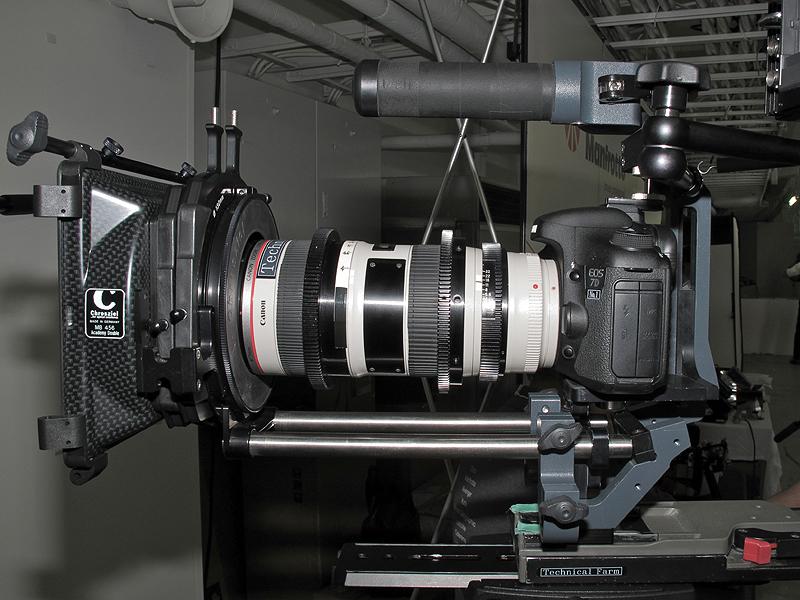 <b>絞りリングを追加したEF 70-200mm F2.8 L IS II USM。使用しているリグはテクニカルファームが扱う「MOVIEtube PR Lite」</b>
