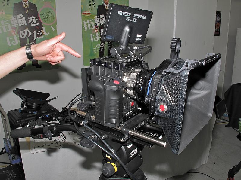 <b>EPIC(プリプロダクトモデル)。デジタル一眼レフカメラのようなグリップにシャッターボタンも備える。展示機はPLマウント仕様</b>