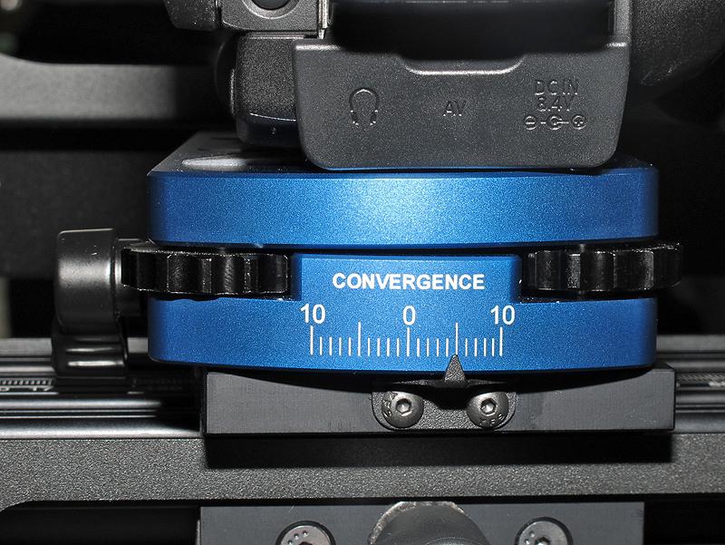 <b>カメラの微妙な傾きも調整できる。写真は右側を持ち上げたところ。カメラの個体差を吸収することができるという</b>