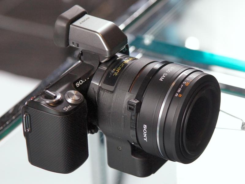 <b>新AマウントアダプターLA-EA2の使用例。EVFのFDA-EV1Sも会場に用意されていた。装着レンズは左がDT 50mm F1.8 SAM、右が100mm F2.8 Macro</b>