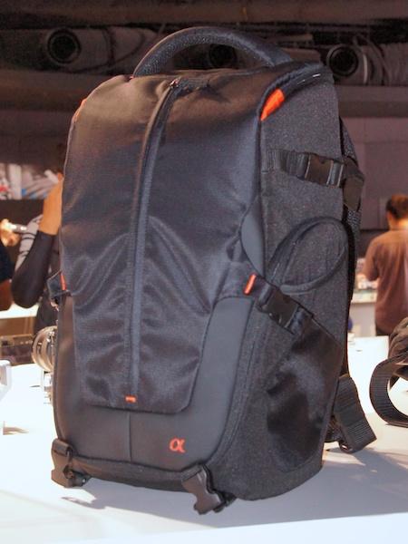 <b>一見スリングバッグのようなLCS-BP2。実際には上部と全部に開口部を持つ2気室タイプのバックパック。内部はシナバーカラー</b>