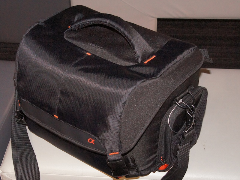 <b>ショルダーバッグのLCS-SC21。こちらも内部の配色として、αAマウント伝統のシナバーカラーを採用する</b>