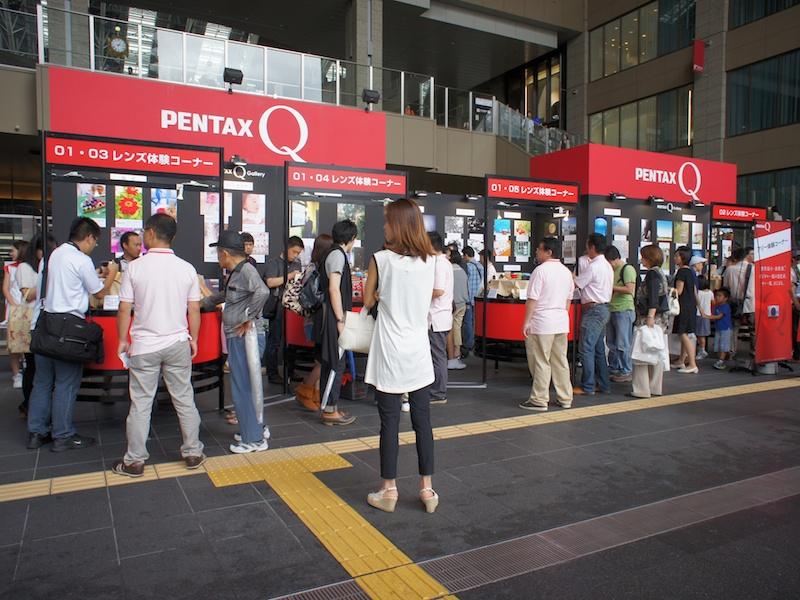 <b>JR大阪駅と直結するノースゲートビルのアトリウム広場で開催。小雨の中、多くの来場者がPENTAX Qを手にとっていた</b>