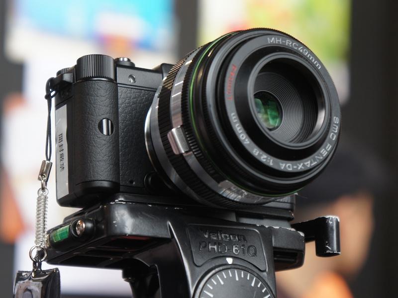 <b>KQマウントアダプター(仮称)を介して、DA 40mm F2.8 Limitedを装着している展示</b>