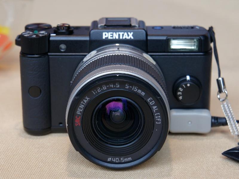 <b>PENTAX-02 STANDARD ZOOMも動作可能な個体を展示。同レンズを同梱したPENTAX Qダブルレンズキットも9月15日に発売。左はホワイトボディ、右はブラックボディとの組み合わせ例</b>