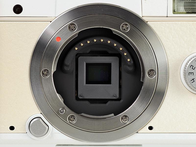 <b>マウント内。1/2.3型の撮像素子を採用。ボディ手ブレ補正機構やアンチダスト機能も備えている</b>