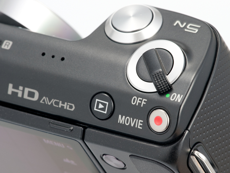 <b>電源スイッチの外周のリングが黒から銀に変わっていたり、再生ボタンの位置と形が変わってたりする</b>