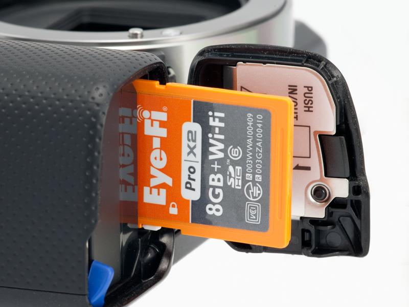 <b>記録メディアはメモリースティックデュオ系またはSDカード系。Eye-Fiカードも使用可能(本当は裏向きに装填する)</b>