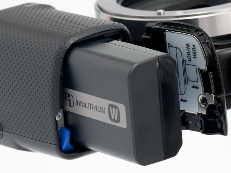 <b>バッテリーは前モデルと共通のNP-FW50だが、撮影可能コマ数は330コマから430コマに大幅アップ</b>