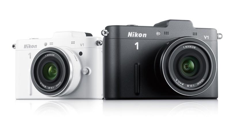 <b>左からNikon 1 V1(ホワイト)、Nikon 1 V1(ブラック)。レンズはともに1 NIKKOR 10mm F2.8</b>