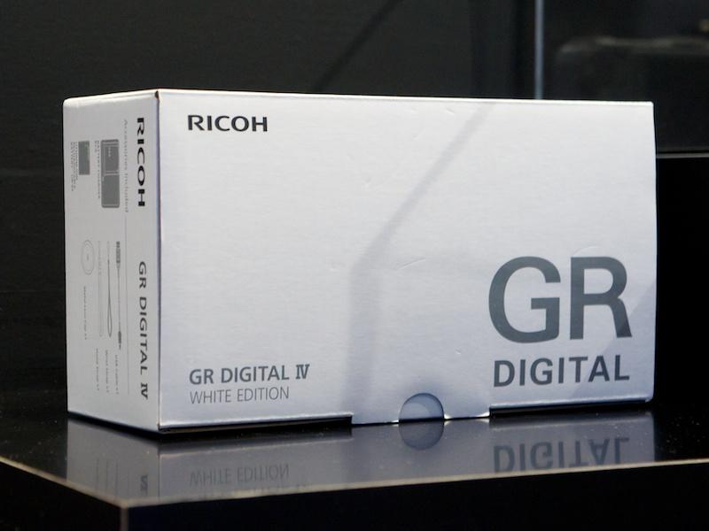 <b>GR DIGITAL IVホワイトエディション。「購入するならブラックと決めていたが、実物を見て心変わりしそう」という人も</b>