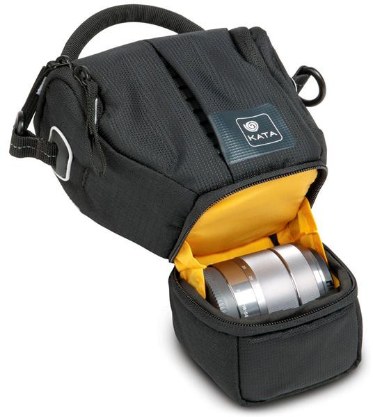 <b>ボトムポケットに交換レンズを収納可能</b>