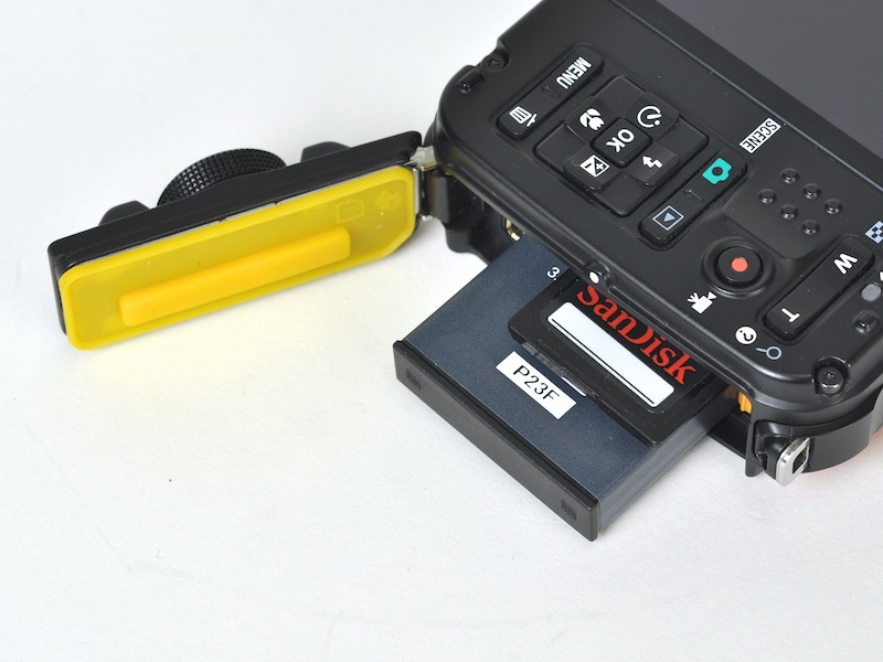 <b>SDXC/SDHC/SDメモリーカードに対応。パッキンはニコンらしく黄色だ</b>