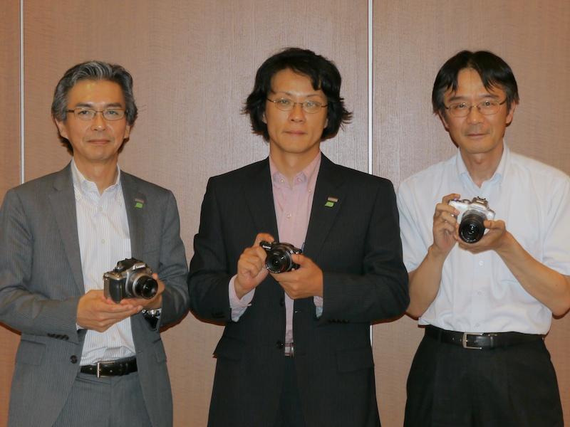 <b>左から房氏(DSCビジネスユニット商品企画総括)、北尾氏(DSCビジネスユニットビジネスユニット長)、上田氏(システムカメラ設計グループ要素開発チームチームリーダー)</b>