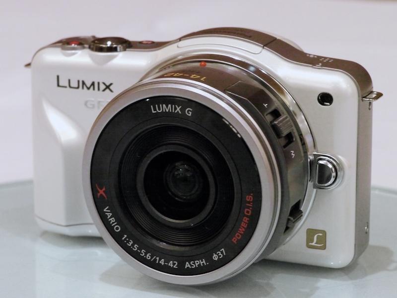 <b>Xレンズ第1弾のLUMIX G X VARIO PZ 14-42mm F3.5-5.6 ASPH. POWER O.I.S.」(以下14-42mm)価格は4万9,875円。左は沈胴時、右は撮影時</b>