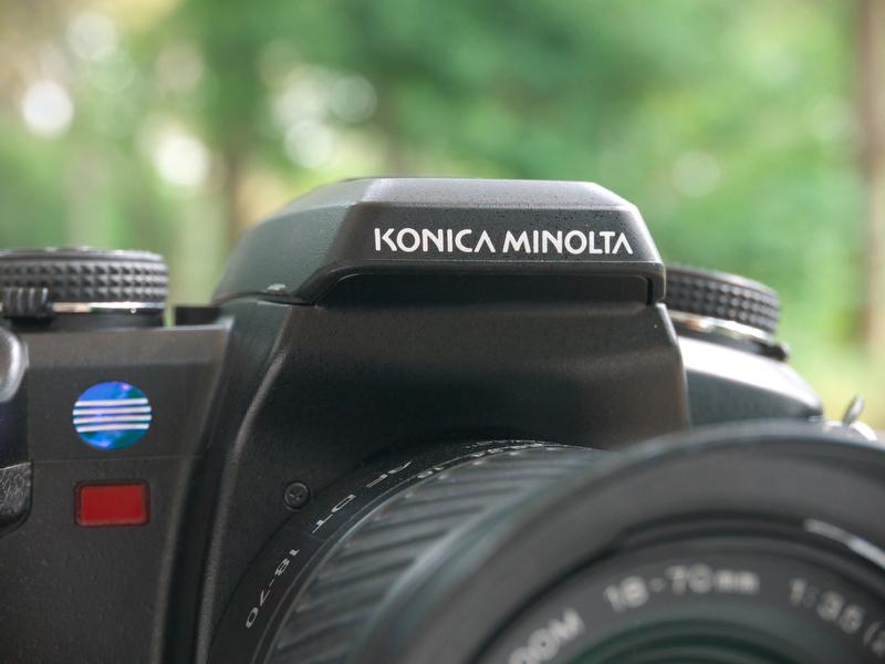 <b>2003年、ミノルタとコニカが経営統合して「コニカミノルタ」に。その結果、ペンタ部のロゴは13文字に。ちなみに、カメラから2mも離れると、文字が小さくて読めません</b>