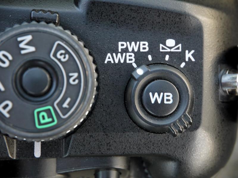 <b>露出モードダイヤルの横には「ホワイトバランスモードレバー」が配置されていて、オート(WB:オート)、プリセット、カスタム、色温度設定、の切り替えをおこなう。オートを除く各ホワイトバランスの設定・調整は、レバー中央の「ホワイトバランス設定ボタン」を押しておこなう。今回ボクは、オートと昼光を多用したが、その切り替えが「ホワイトバランスモードレバー」のワンタッチ操作なので非常に快適だった</b>