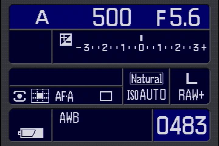 <b>「ナビゲーションディスプレイ機能」って、何だかすごく特殊機能のような響きだけど、要は「撮影時の液晶モニター上の各種情報表示」のコトだよね。でも、表示切り替えボタンで「詳細画面」と「拡大画面」が切り替えられたり、カメラを縦位置に構えると画面が自動的に縦向きに変わる。そういうところが素晴らしいよ</b>