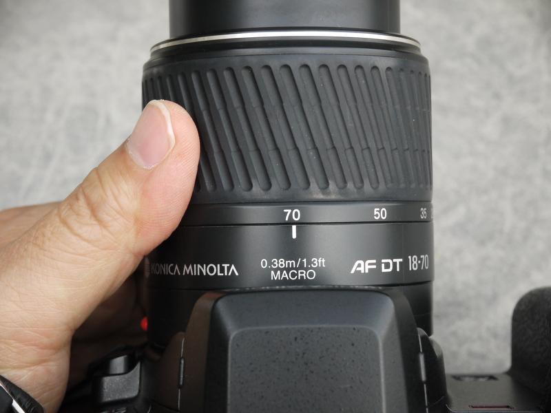<b>AF DT ZOOM 18-70mm F3.5-5.6(D)は、α-7 DIGITALの翌年に発売された「α-Sweet DIGITAL」のキットレンズとして登場。望遠端が「70mm」と長めなのはウレシイ!</b>