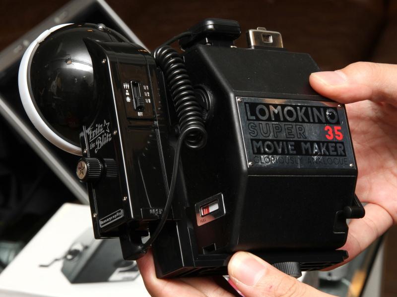 <b>外部ストロボを装着したLomoKinoの背面</b>