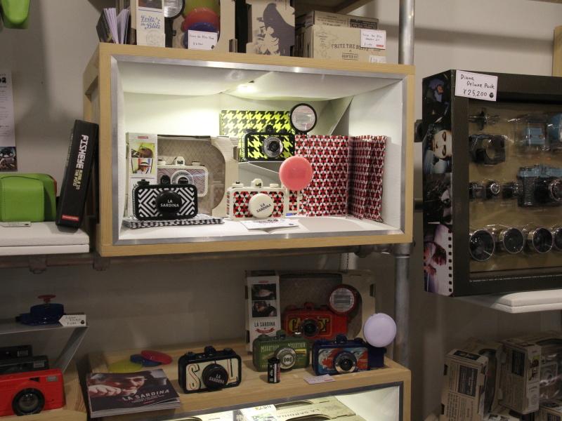 <b>店内にはパターン柄が特徴的なLaSardinaの最新モデルなど、ロモグラフィーの各カメラが揃っている</b>