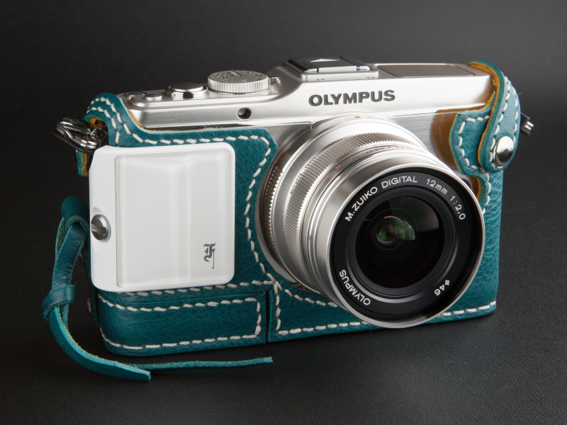 <b>プレミアムカメラグリップのホワイトを合わせてみた。明るいレザーなので白系もよく似合う</b>