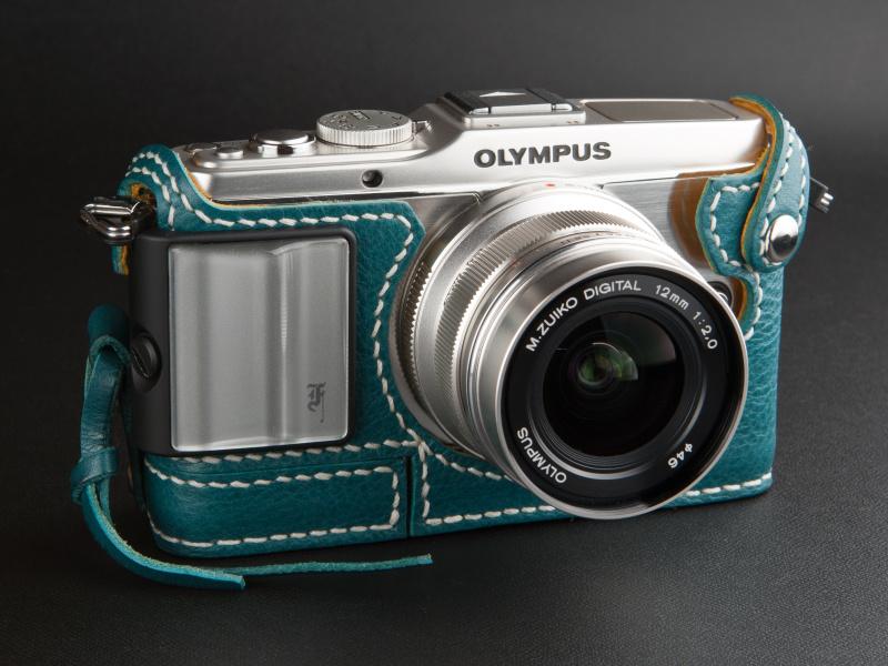 <b>シルバーのカメラグリップもよい雰囲気だ。好みのカメラグリップを組み合わせよう</b>