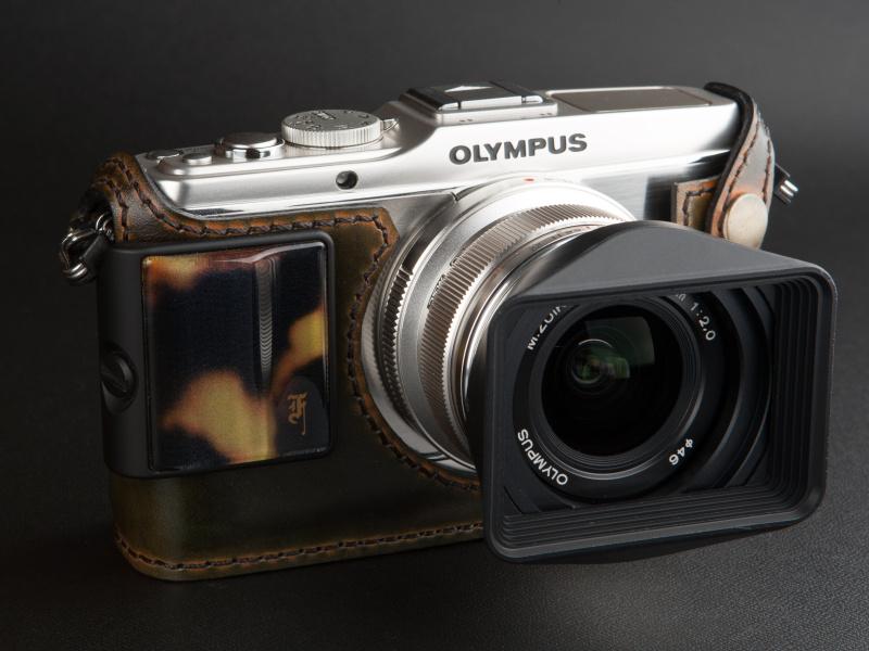 <b>スタンダードケースも外側からカメラグリップが装着できる</b>