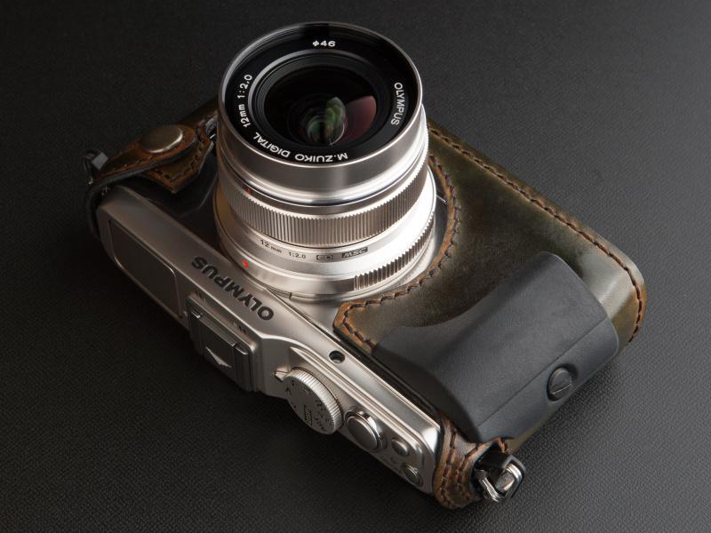 <b>純正の大型グリップ「MCG-2」も装着できる。ケースの上にグリップという見え方が新鮮だ</b>