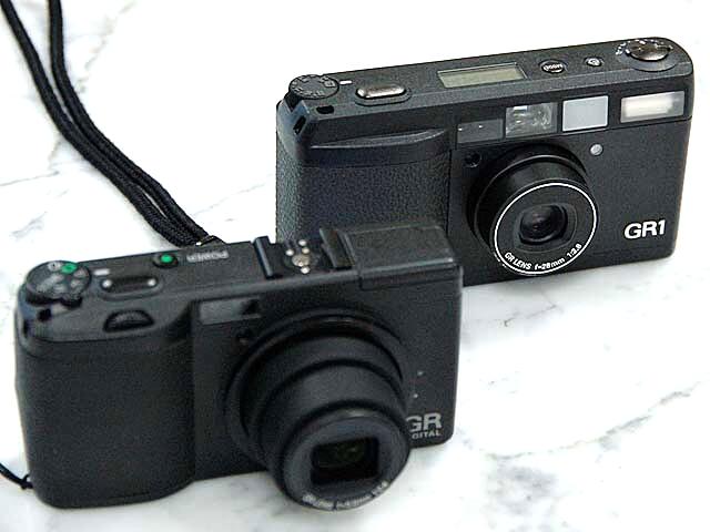 <b>シリーズ初のデジタルカメラ「GR DIGITAL」(2005年発売、手前)と「GR1」(1996年発売、奥)</b>