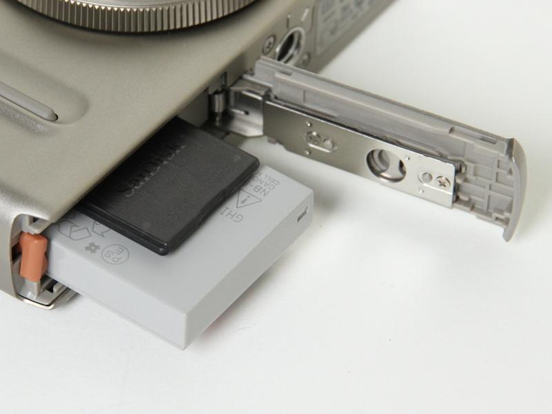 <b>記録メディアスロット、バッテリー室</b>