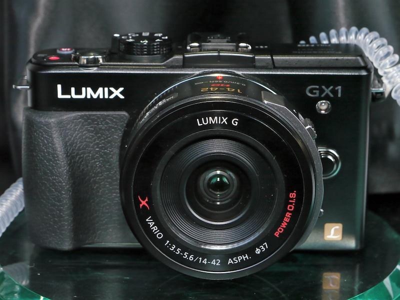 <b>LUMIX DMC-GX1エスプリブラック。装着レンズはLUMIX G X VARIO PZ 14-42mm F3.5-5.6 ASPH. POWER O.I.S.。</b>