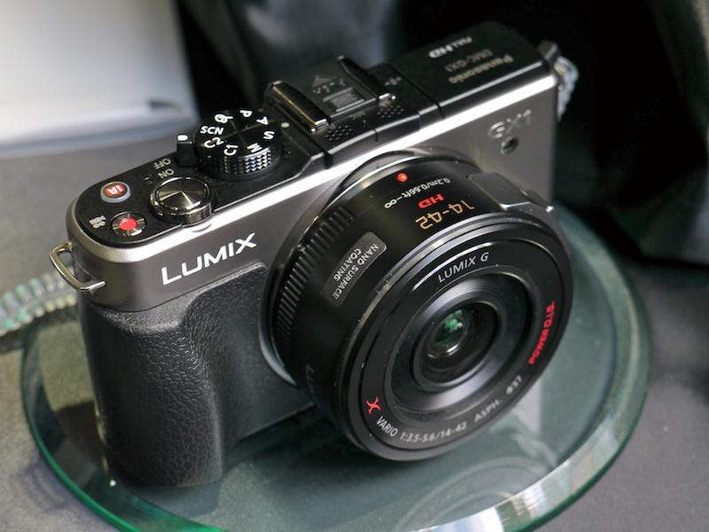 <b>パワーズームキットに含まれるLUMIX G X VARIO PZ 14-42mm F3.5-5.6 ASPH. POWER O.I.S.を装着。こちらは電源OFF時</b>