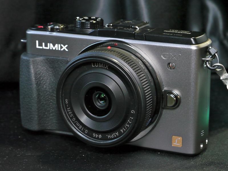 <b>LUMIX DMC-GX1。本体色はブレードシルバー。装着レンズはLUMIX G 14mm F2.5 ASPH.</b>