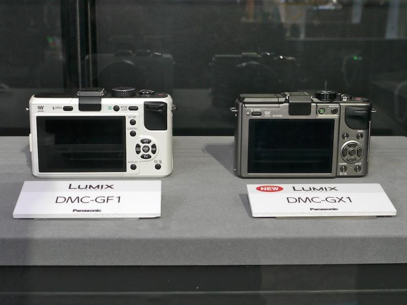 <b>DMC-G1との比較展示も。DMC-GX1の外寸は、DMC-GF2とほぼ同じなので、DMC-GF1より若干小さい。最も小さいのはDMC-GF3</b>