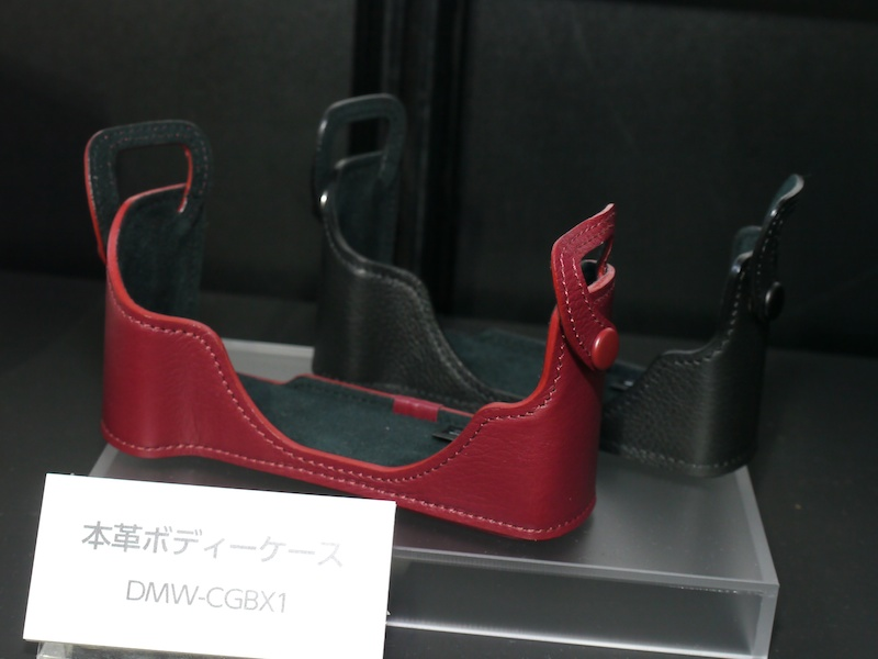 <b>DMC-GX1専用の本革ボディケースDMW-CGBX1。レッドとブラックをラインナップ</b>