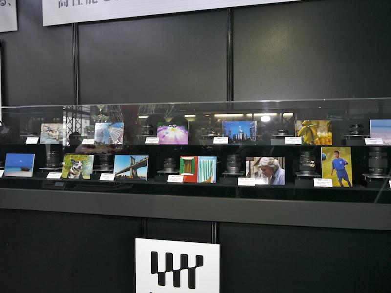 <b>LUMIX G交換レンズの展示コーナー。全14本を作例とともに紹介</b>
