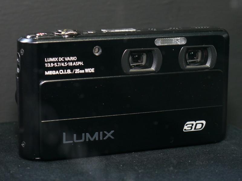 <b>参考出品の二眼式3Dデジタルカメラ。海外で発表済みのDMC-3D1と思われる。国内での発売時期は未定</b>