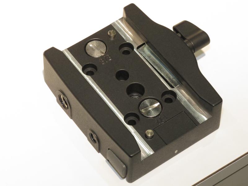 <b>ベースプレートには4つの穴があり板などに取り付けられる。予備のカメラネジも備える</b>