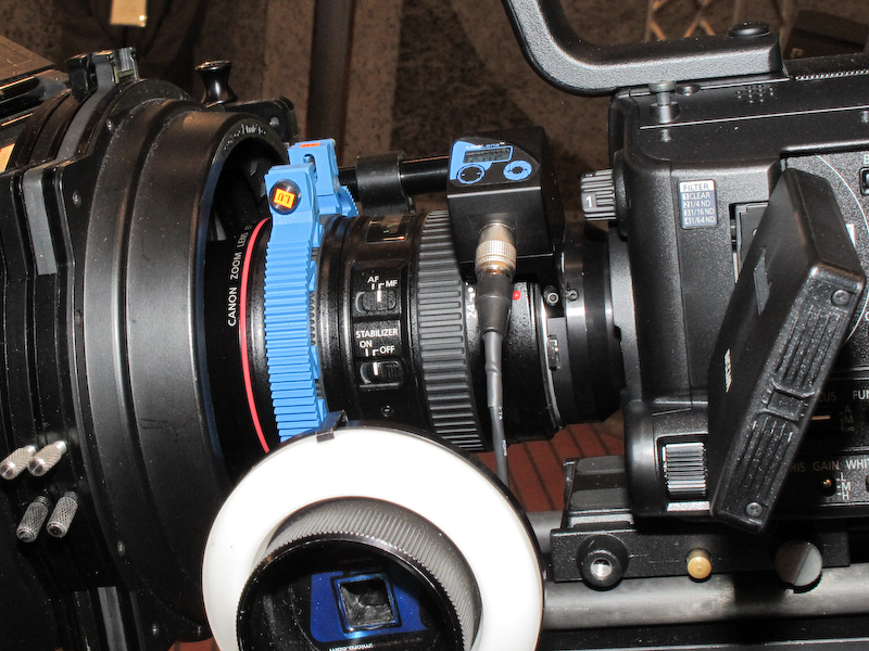 <b>LiveLens MFT Active Lens Mountを介して、AG-AF105にEFレンズを装着したところ</b>