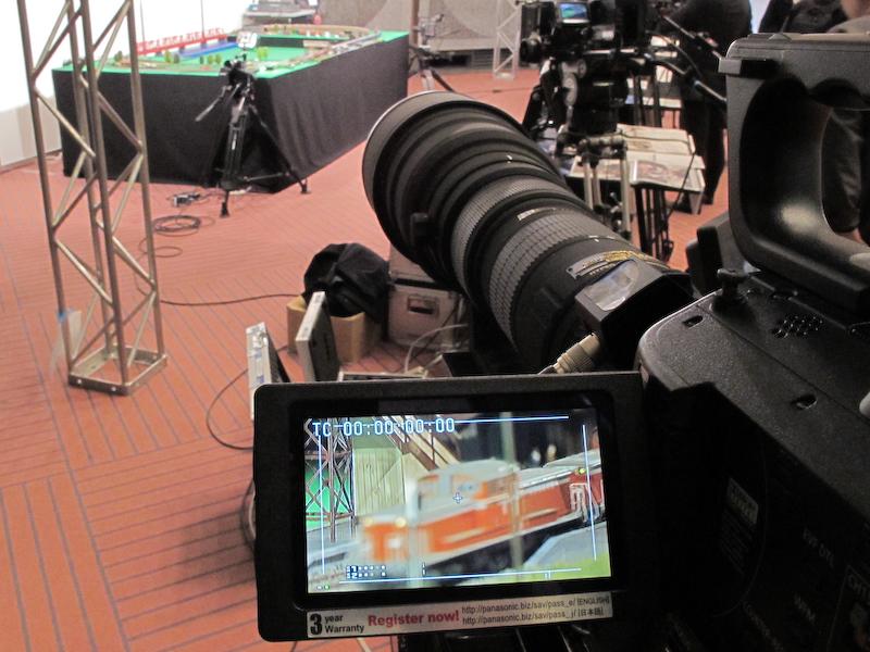 <b>望遠端(35mm判換算1,600mm相当)では、遠くにある模型の車両を画面いっぱいに写すことができる</b>