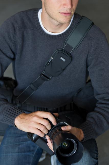 <b>「キープイットアップ・ショルダーストラップ」使用例。腰に装着しているのがスピードベルト</b>