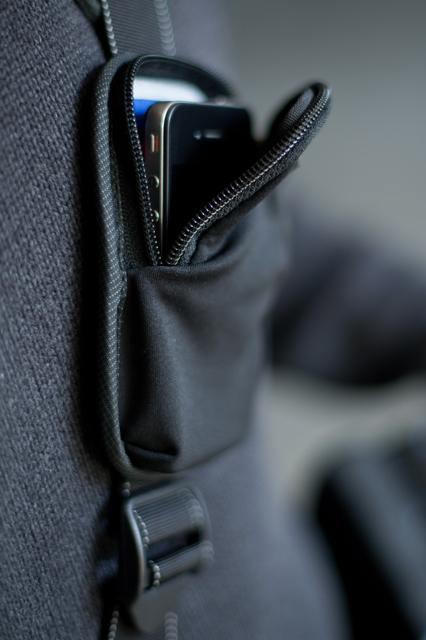 <b>携帯電話などを収納可能なストレッチポケットを装備</b>