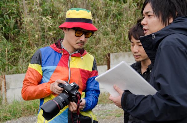 <b>HALくんの人物撮影チームと、同じく東京アドデザイナース写真部の野口カメラマンのブツ撮りチームの2班同時進行体制でロケをするので、両カメラマンはクライアント、デザイナー、ディレクターとそれぞれの打ち合わせをして準備を進めていく</b>