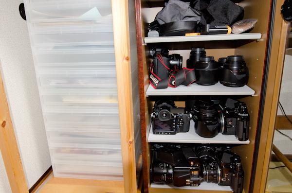 <b>都内にある自宅の作業場。パソコンはデスクトップがiMac、ノートが15インチディスプレイのMac Book Proを使用。プリンターはキヤノンPIXUS Pro9000。予備のインクカートリッジは常に確保。書類や紙類、データなどは収納ボックス、カメラ&レンズ機材は防湿庫にちゃんと整理されている。</b>
