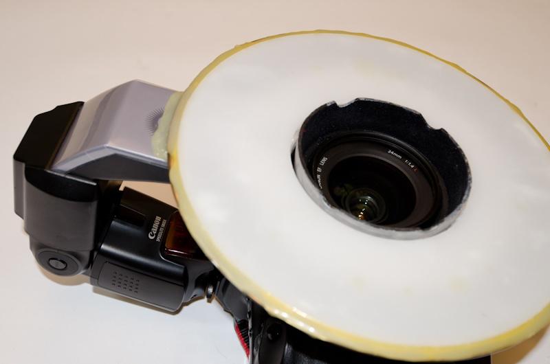<b>以前のシリーズ撮影までに活躍したセットはEOS-1Dsに装着した24㎜レンズ。そしてアメリカ製メーカーのリングストロボシステムを改造した手製のリングライト。フード部分がブリキを削って突き出てる部分をなくしている。中にはキヤノンの580EXが入っている。</b>